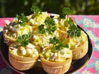 Тарталетки с крабовыми палочками и твердым сыром