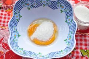 Соединим яйцо и сахар