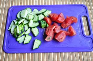 Нарежем помидоры и огурцы