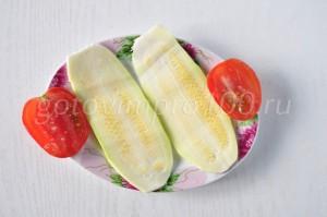 Нарезанные кабачок и помидор