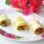 Закуска-рулеты из кабачков с печенью и помидором