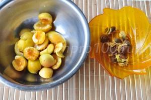 Отделим косточки от абрикос