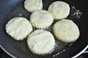 обжарим сырники на сковороде