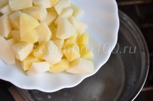 выложим в бульон картофель