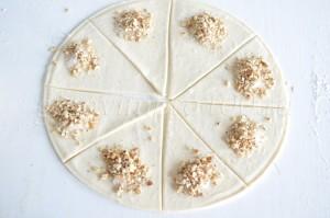 выложим орехи на тесто