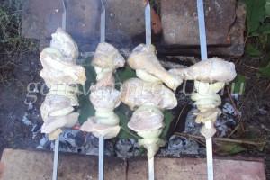 нанизаем мясо на шампуры