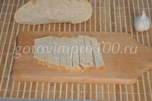 нарежем хлеб соломкой