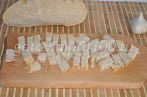 нарежем хлеб кубиками