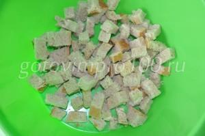 выложим сухари в миску