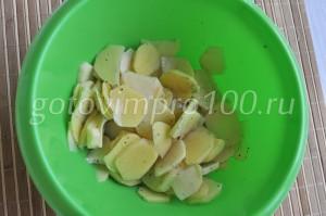 выложим в миску картофель