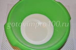 влейте молоко в миску