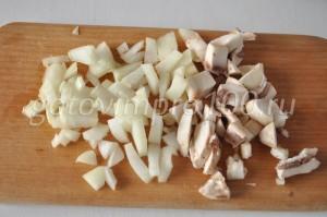 нарежьте грибы и лук