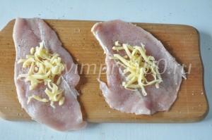выложите на филе сыр