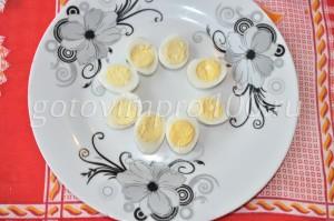 выложите по кругу яйца