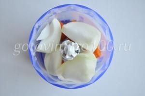 перекрутите лук и морковь