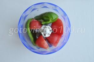 перекрутите помидор и мясо