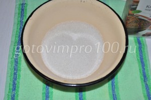 всыпьте сахар в миску