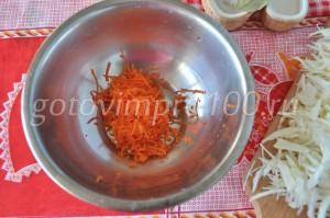 выложите в миску морковь