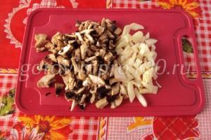 нарежьте лук и грибы