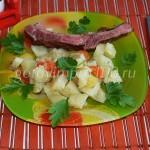 Картофель с копчеными ребрышками и овощами
