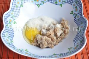 вбейте к гречке яйцо и сахар всыпьте