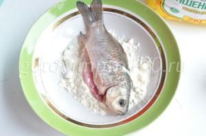 обмакните рыбу в муке