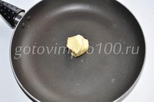 выложите масло на сковороду