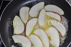 в масло выложите яблоки