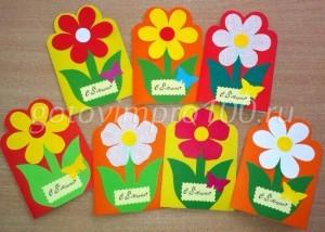 открытка с наклеенным цветком