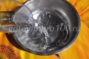 влейте в миску воду