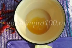 соедините мед и сок лимона