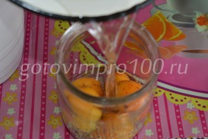 залейте абрикосы