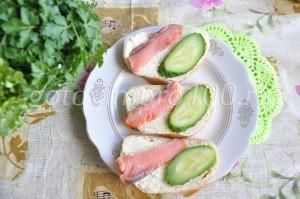 выложите рыбу на хлеб