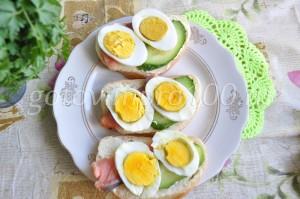 выложите яйца на хлеб