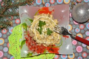 выложим салат на блюдо