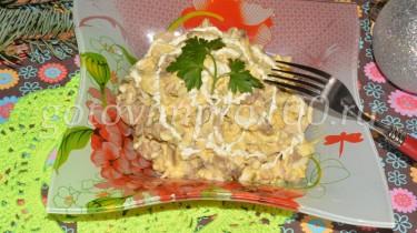 салат из курицы с жареными грибами и сыром