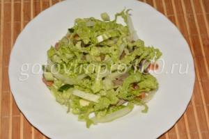 выложим салат на тарелку