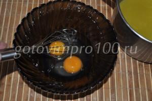 взбейте яйца