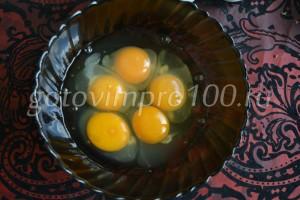 яйца вбиваем в миску