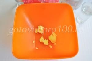 Выложите яичный желток
