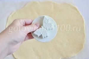 Выдавите формочкой печенье