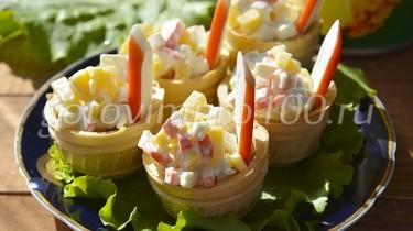 Тарталетки с крабовыми и ананасами