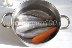 Выложите рыбу и морковь