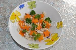 Выложите морковь и петрушку