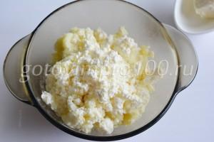 Выложите творог и картофель