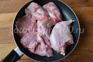 Выложите мясо на сковороду