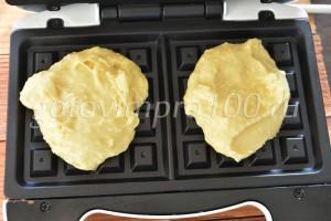 Выложите вафли в вафельницу