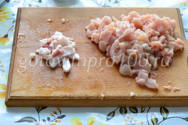 Нарежьте мясо и сало