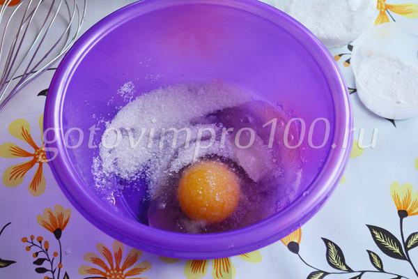 Соедините яйцо и сахар