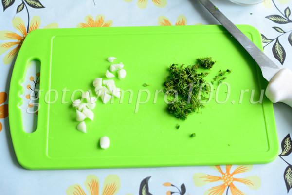 Нарежьте чеснок и укроп
